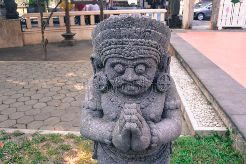 Estatua antigua en Candi Mendut Monastery cerca de Borobudur Java central, Indonesia imagen de archivo libre de regalías