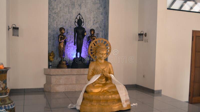 Estatua antigua en Candi Mendut Monastery cerca de Borobudur Java central, Indonesia imagenes de archivo