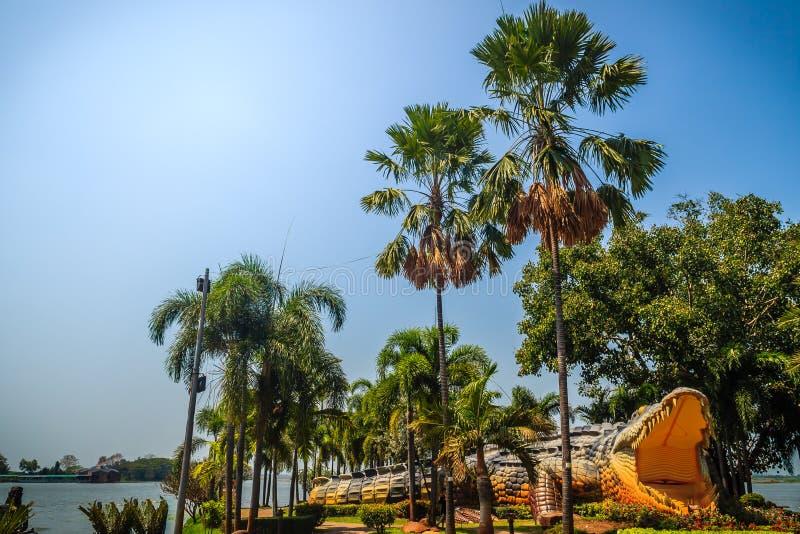 Estatua asustadiza del cocodrilo de Chalawan en Bueng Si Fai, el parque público con el lago en el distrito de Muang, provincia de imagen de archivo libre de regalías