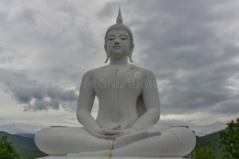 Estatua blanca de buddha fotografía de archivo