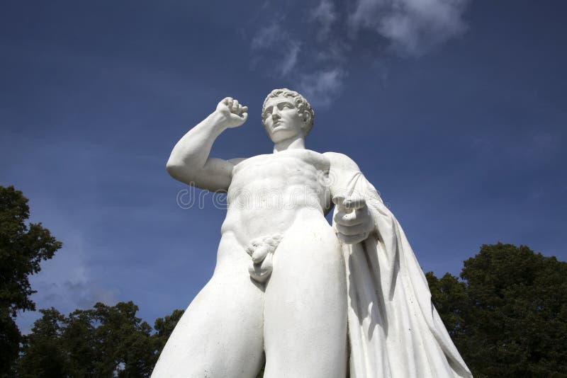 Estatua blanca en el parque de Drottningholm en Estocolmo fotografía de archivo libre de regalías