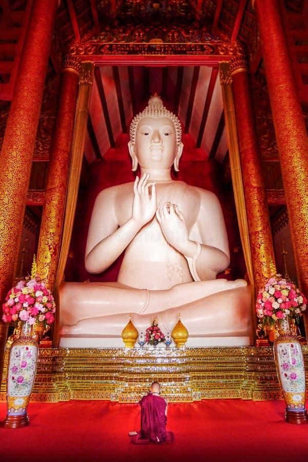 Estatua blanca grande de Buda fotos de archivo