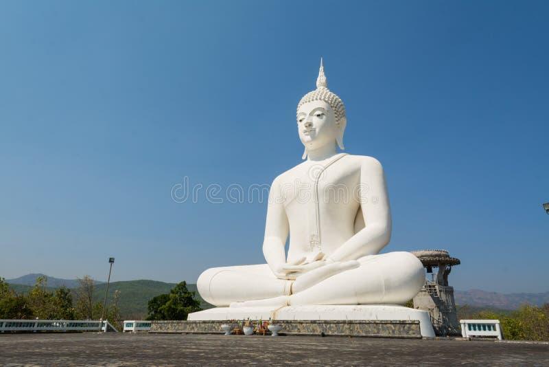 Estatua blanca grande de Buda imágenes de archivo libres de regalías