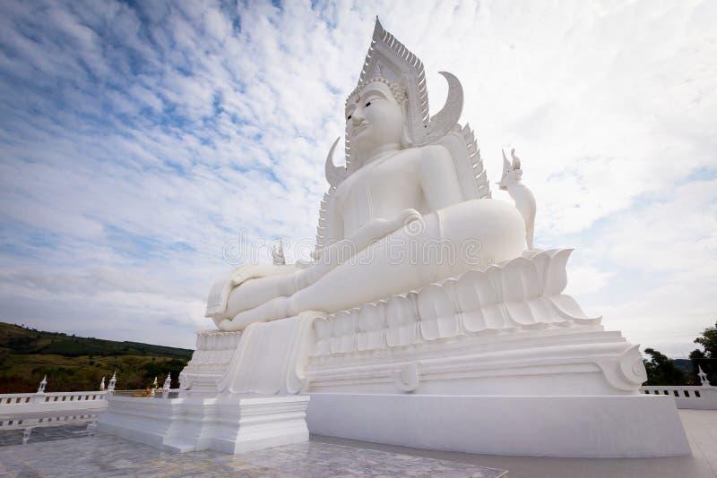 Estatua blanca grande de Buda imagen de archivo libre de regalías