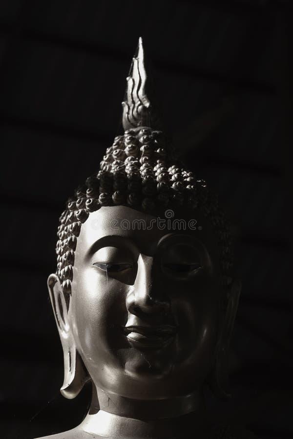 Estatua blanco y negro de Buda de la imagen foto de archivo