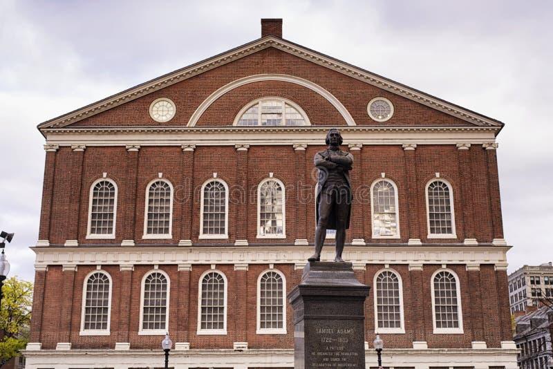 Estatua Boston Massachusetts de Faneuil Pasillo y de Samuel Adams foto de archivo