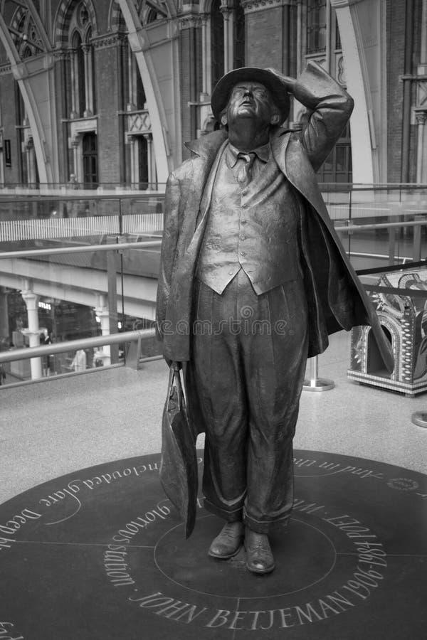 14/04/2018 estatua británica de Londres St Pancras de Betjeman de Jennings fotos de archivo