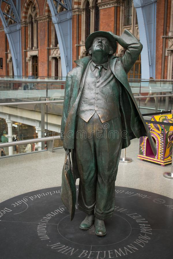 14/04/2018 estatua británica de Londres St Pancras de Betjeman de Jennings foto de archivo