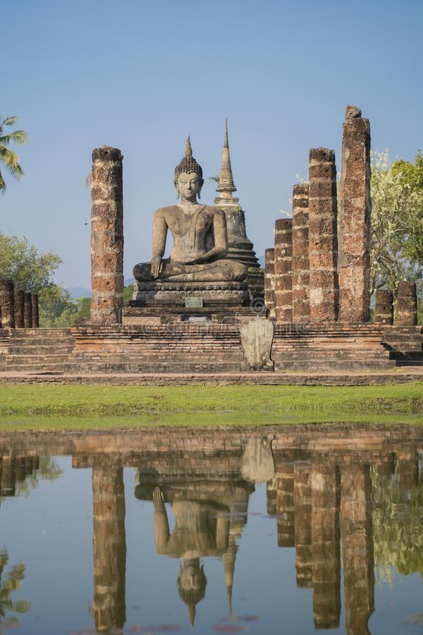 Estatua budista con su reflexión sobre el agua, Sukhotai imagen de archivo libre de regalías
