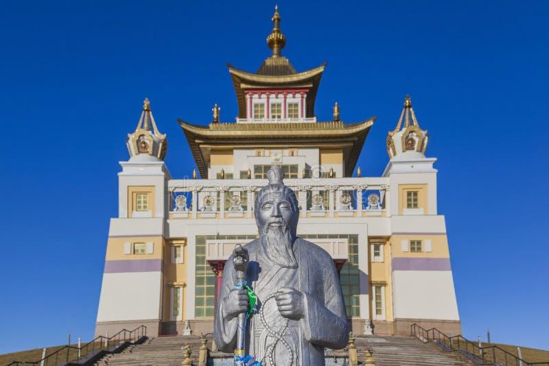 Estatua cerca del templo budista Elista Rusia fotografía de archivo libre de regalías
