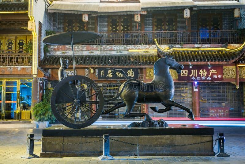 Estatua china antigua del carro en Chengdu imagenes de archivo