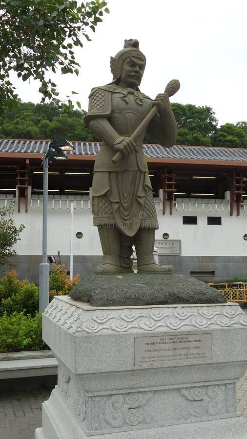 Estatua china antigua del guerrero en la entrada de un parque fotografía de archivo