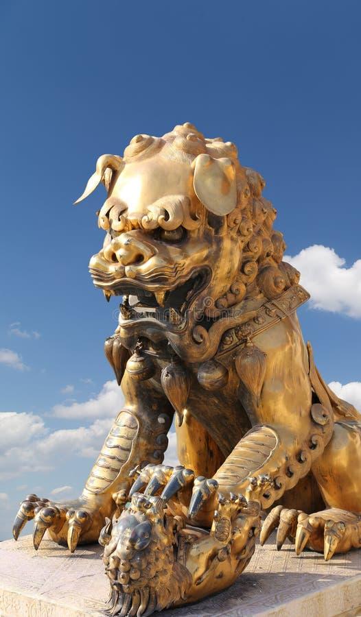 Estatua china de bronce del dragón en la ciudad Prohibida. Pekín, China fotografía de archivo