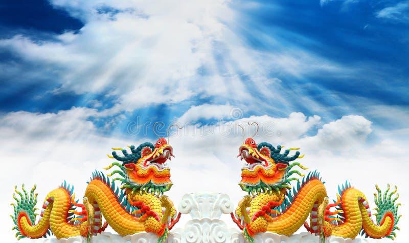 Estatua china de los dragones con el cielo imagen de archivo