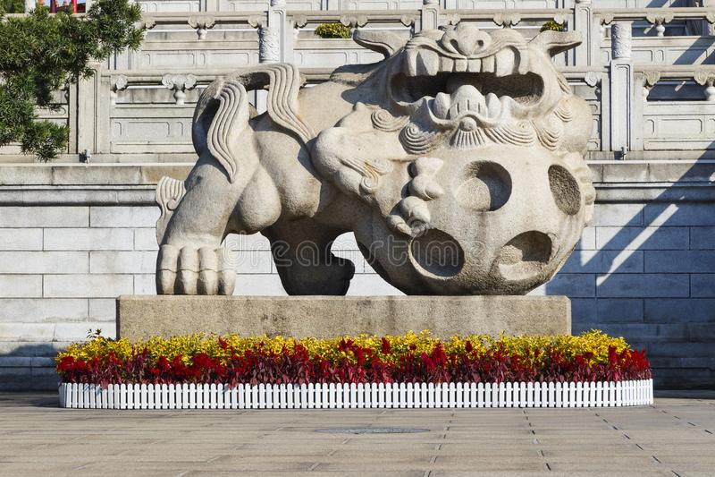 Estatua china de piedra del león en templo del Taoist en Guangzhou China fotografía de archivo