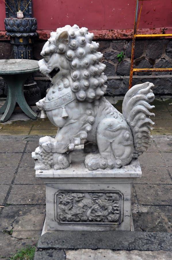 Estatua china del león-perro del komainu de mármol gris grande imagenes de archivo