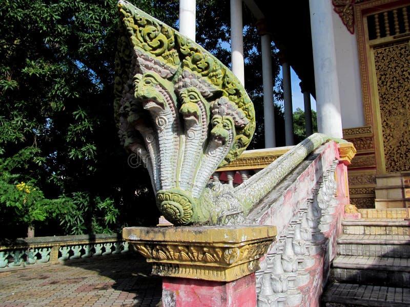 Estatua colorida de una serpiente en templo camboyano imagen de archivo