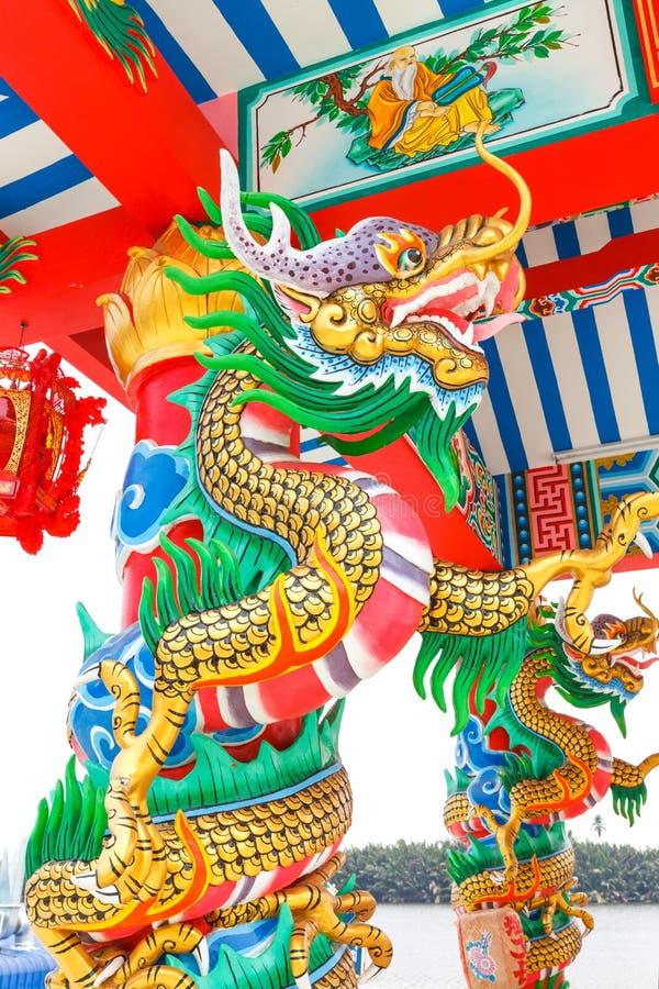 Dragón en un templo chino stock de ilustración