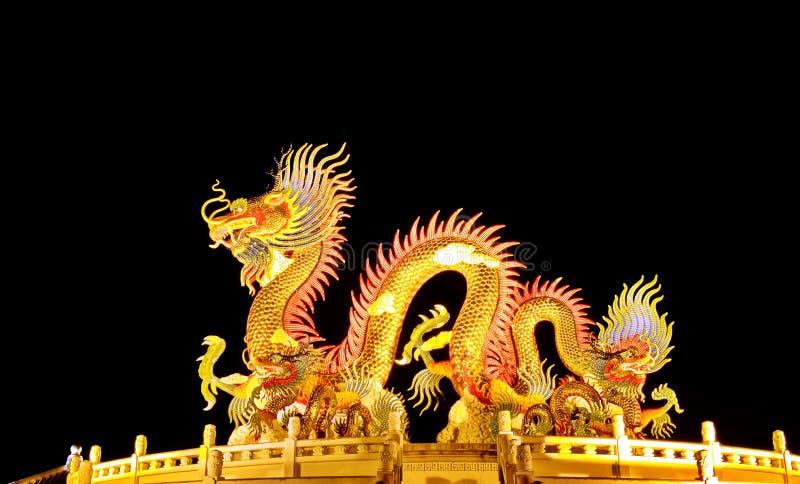 Estatua colorida del dragón en la noche fotografía de archivo libre de regalías