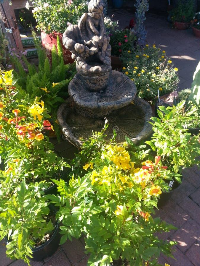 Estatua con el cerco de las plantas imágenes de archivo libres de regalías