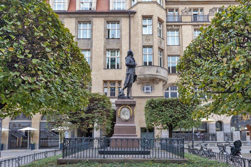 Estatua conmemorativa de Johann Wolfgang von Goethe delante del intercambio de la colecci?n antigua en la plaza de Naschmarkt en  imagenes de archivo
