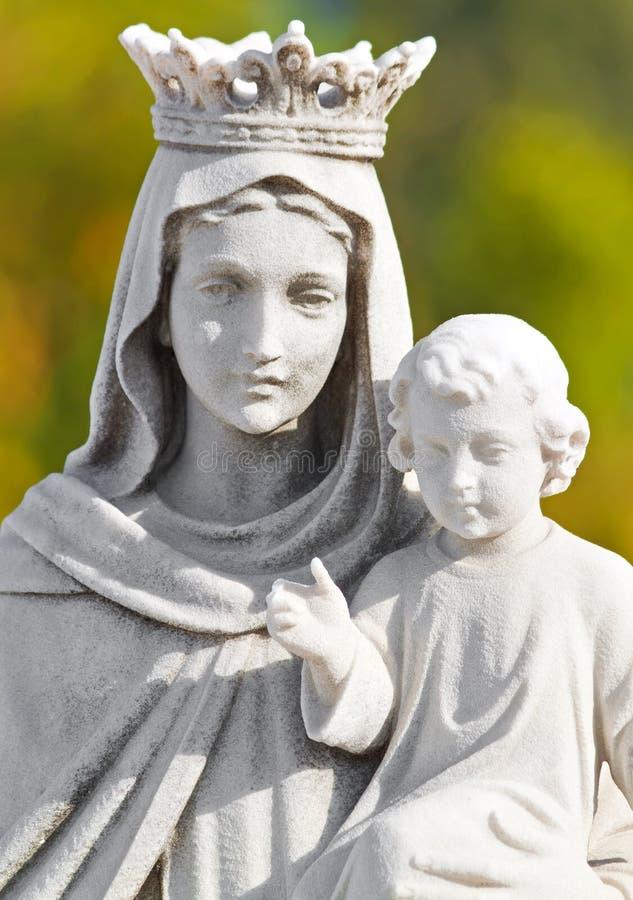 Estatua coronada de la Maria virginal fotografía de archivo libre de regalías