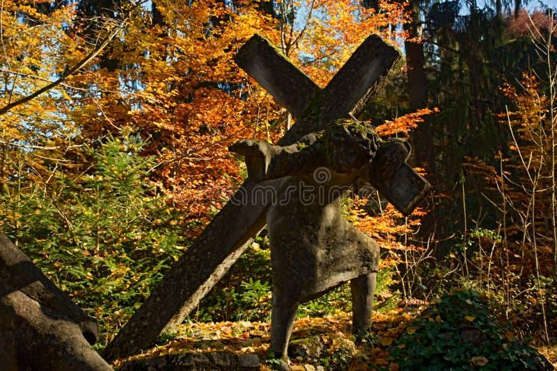 Estatua cruzada que lleva fotografía de archivo