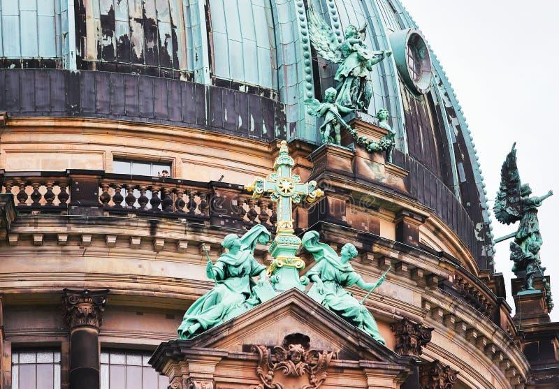 Estatua de ángeles en el berlinés Dom Cathedral en Berlín foto de archivo libre de regalías