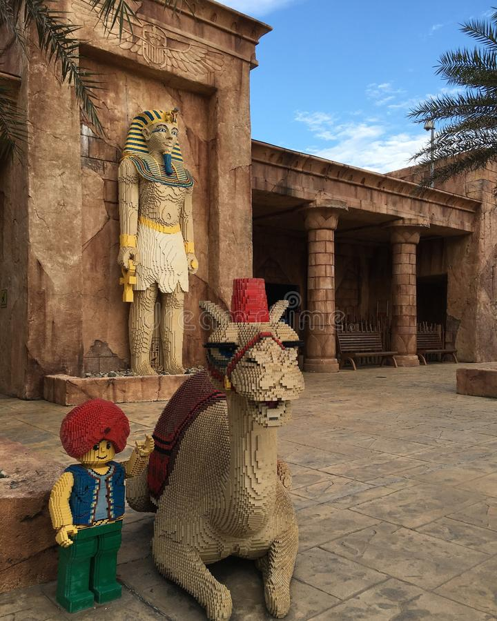 Estatua de Aladdin en el legoland imagenes de archivo