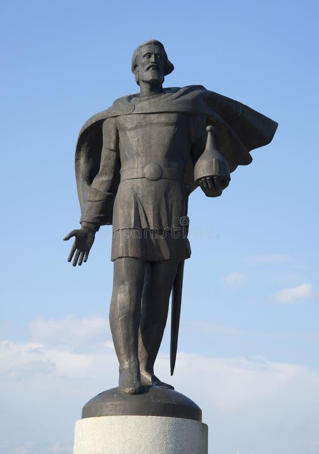 Estatua de Alexander Nevsky contra el cielo azul del verano Veliky Novgorod imagen de archivo libre de regalías