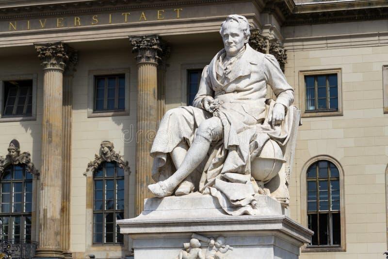 Estatua de Alexander von Humboldt fuera de la universidad Berlín, Alemania de Humboldt fotografía de archivo