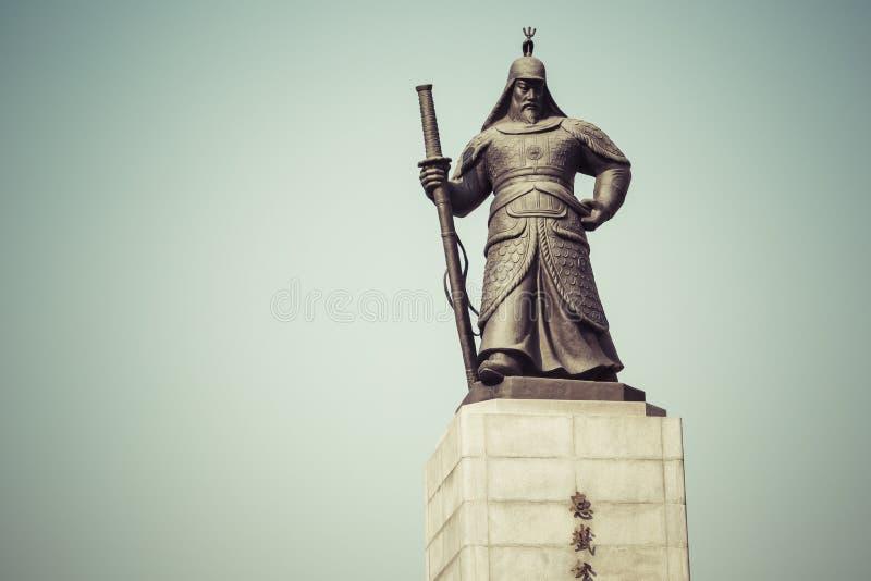 Estatua de almirante Yi Sunsin en la plaza de Gwanghwamun en Seul, del sur fotos de archivo