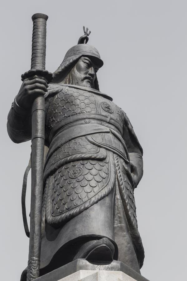 Estatua de almirante Yi Sunsin en la plaza de Gwanghwamun en Seul, del sur fotografía de archivo