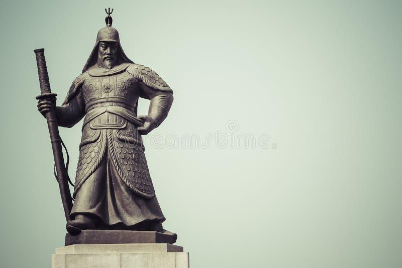 Estatua de almirante Yi Sunsin en la plaza de Gwanghwamun en Seul, del sur foto de archivo