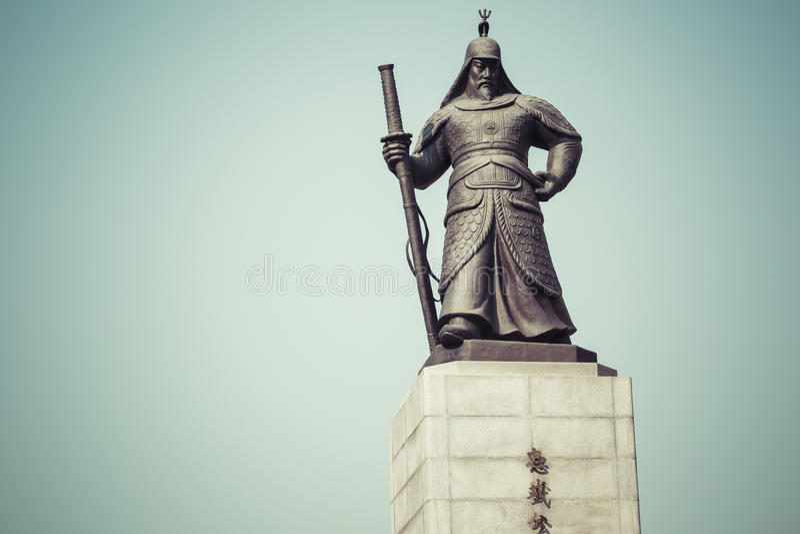 Estatua de almirante Yi Sunsin en la plaza de Gwanghwamun en Seul, del sur fotografía de archivo libre de regalías
