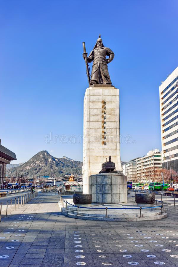 Estatua de almirante Yi Sunsin en la plaza de Gwanghwamun en Seul fotografía de archivo