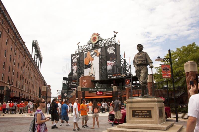 Estatua de Babe Ruth en las yardas de Camden fotos de archivo