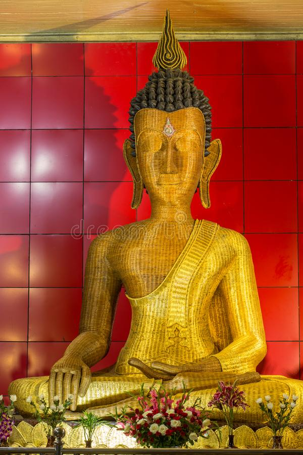 Estatua de bambú de Buda en el monasterio de Taung Pauk Kyaung en Mawlamyine, Myanmar fotos de archivo