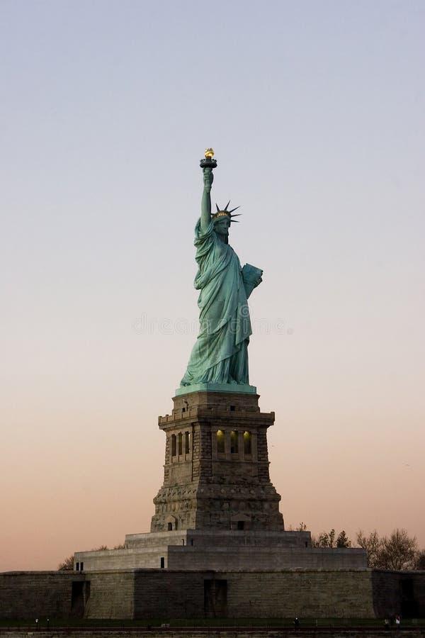 Estatua de blanco de la libertad y azul rojos fotografía de archivo