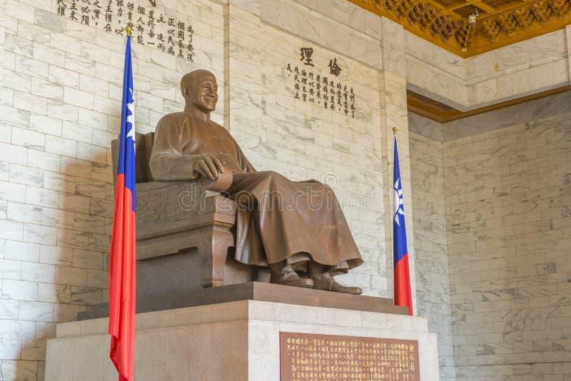 Estatua de bronce de Chiang Kai-shek dentro de Chiang Kai-shek Memorial Hall fotos de archivo