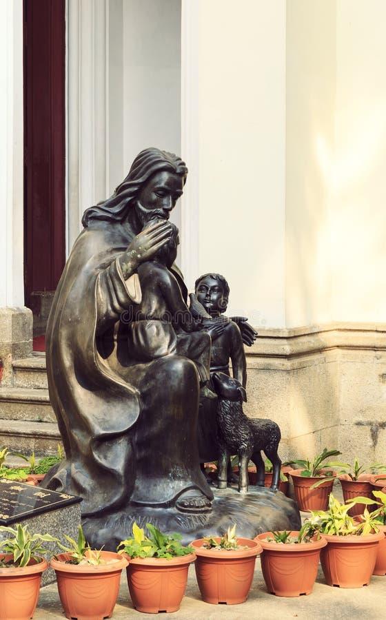 Estatua de bronce de Jesus Christ en el patio de la iglesia fotografía de archivo libre de regalías