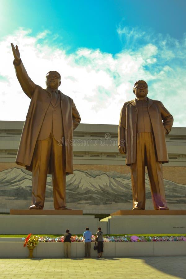 Estatua de bronce de Kim Il Sung y de Kim Jong Il en Mansudae, Pyongyang, Corea del Norte  foto de archivo libre de regalías