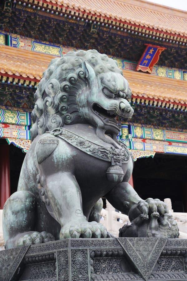 Estatua de bronce del león en la ciudad prohibida imagenes de archivo