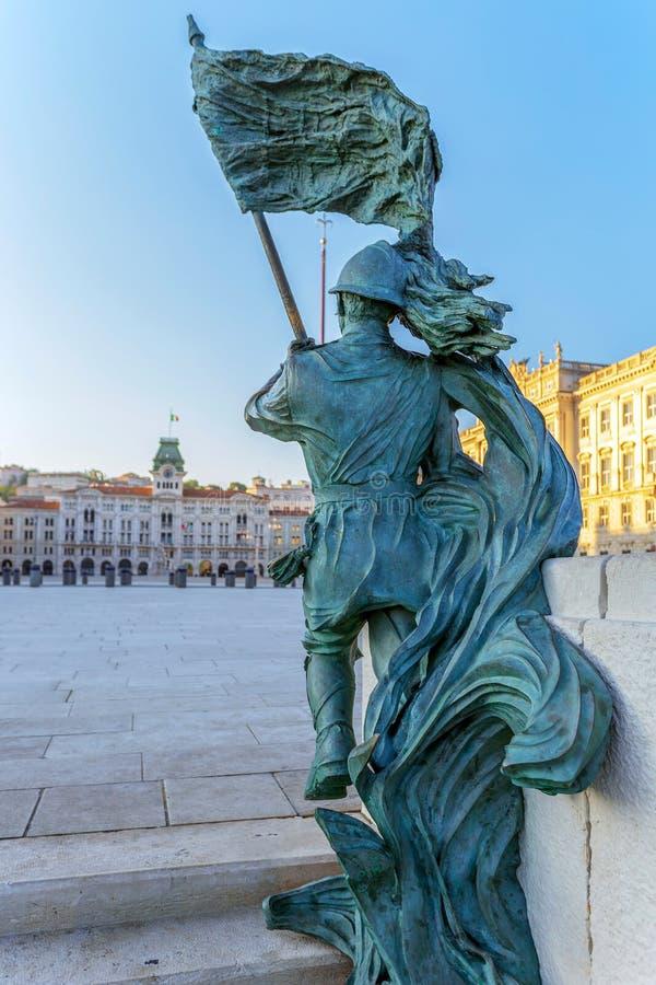 Estatua de bronce del soldado con la bandera, Trieste, Italia fotografía de archivo libre de regalías
