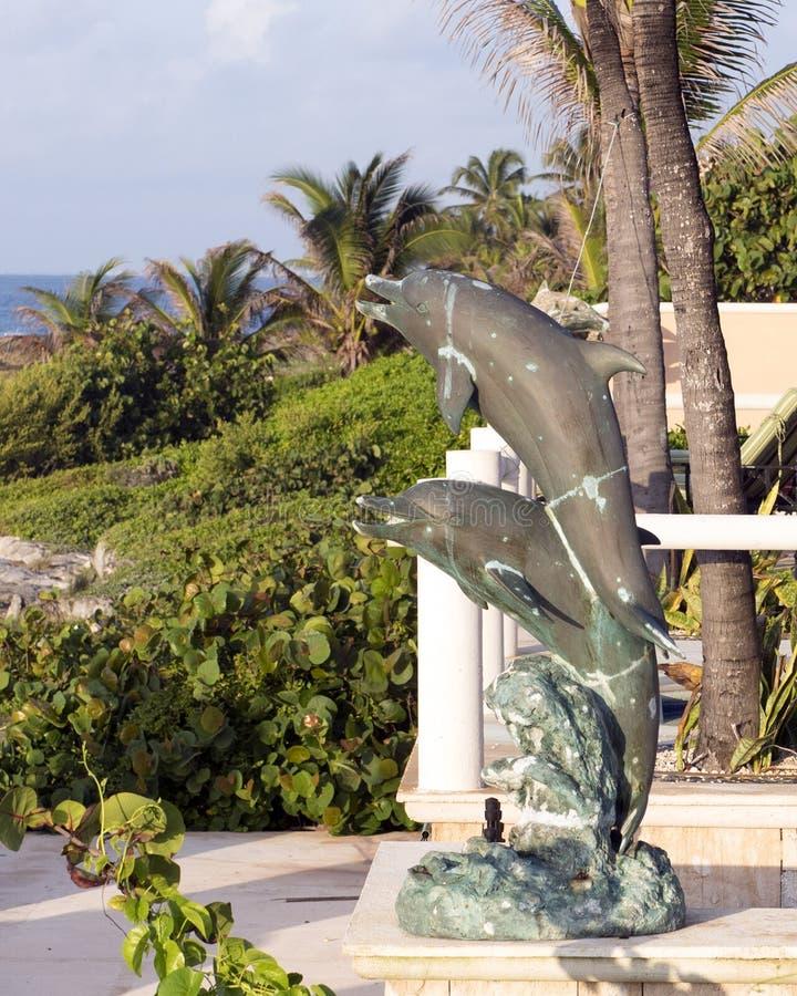 Estatua de bronce de dos delfínes imagenes de archivo