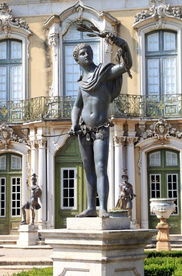 Estatua de bronce en el palacio nacional del jardín, Queluz fotografía de archivo libre de regalías