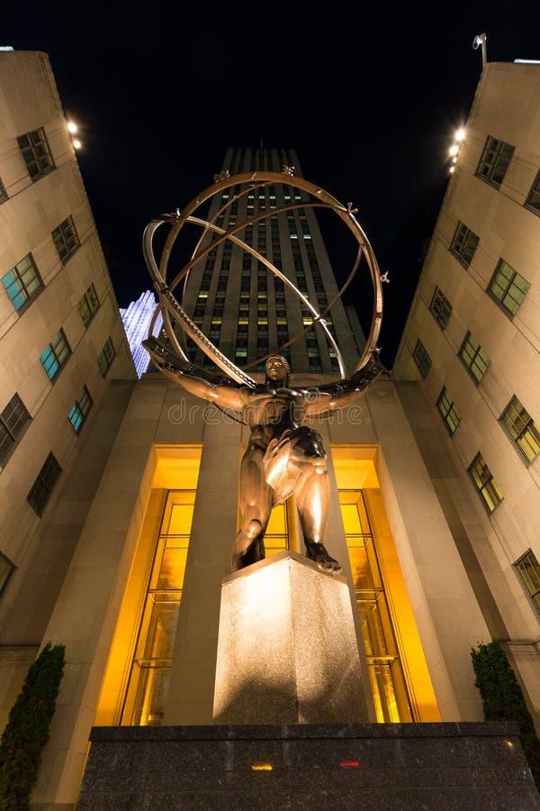 Estatua de bronce en la noche, Rockefeller Center del atlas fotografía de archivo