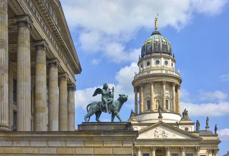 Estatua de bronce de un genio de la música con las alas que tocan el laúd mientras que monta una pantera imágenes de archivo libres de regalías