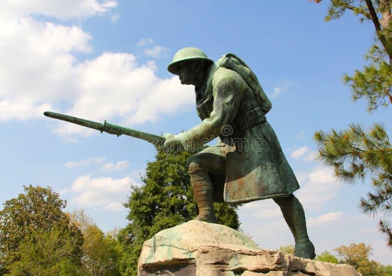 Estatua de bronce y concreta de una infantería americana Solider imagenes de archivo