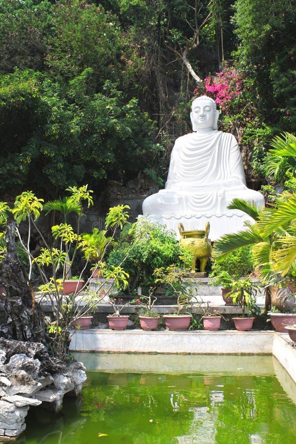 Estatua de Buda cerca a la pagoda en el Da Nang de mármol de la montaña, fotos de archivo